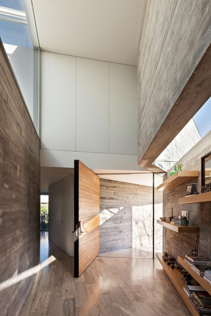 Minimalist concrete l house by alric galindez arquitectos for Minimalist concrete house