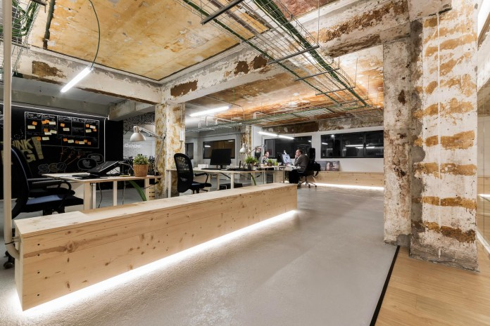NAN Arquitectos redesign the Iconweb Offices, from an old billiard into an contemporary open office concept