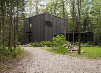 Nathalie Thibodeau Architecte design the La Cache Residence in the deep of the forrest