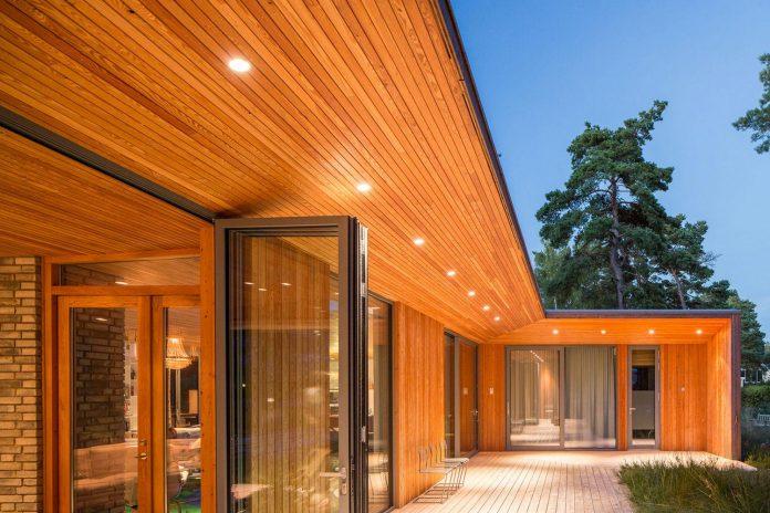 one-story-wooden-villa-ljung-johan-sundberg-16