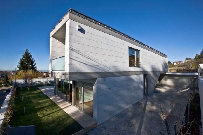 r-house-covered-white-estremoz-marble-atelier-darquitectura-j-lopes-da-costa-01