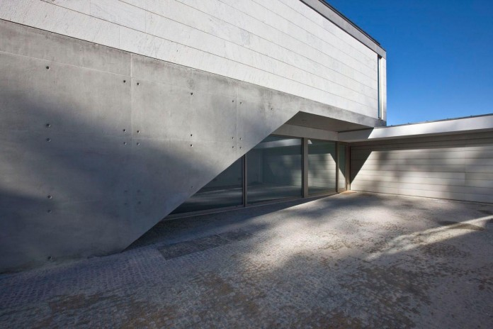 r-house-covered-white-estremoz-marble-atelier-darquitectura-j-lopes-da-costa-02