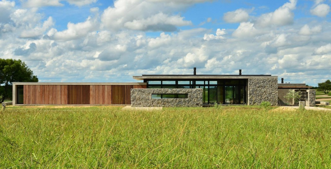 Steverlynck+Iglesias Molli Arquitectos design the Cl House oriented towards a lake and a golf course