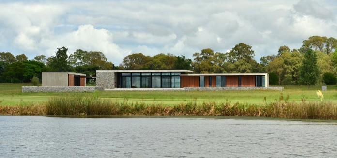 steverlyncki-glesias-molli-arquitectos-design-cl-house-oriented-towards-lake-golf-course-02