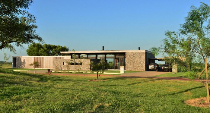 steverlyncki-glesias-molli-arquitectos-design-cl-house-oriented-towards-lake-golf-course-04