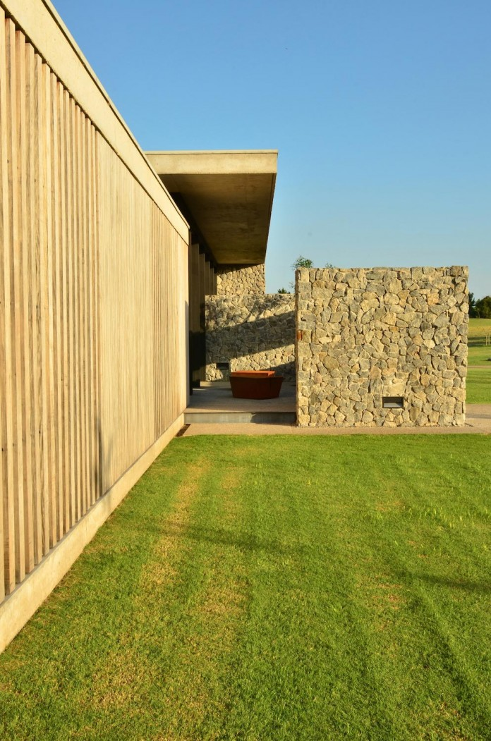 steverlyncki-glesias-molli-arquitectos-design-cl-house-oriented-towards-lake-golf-course-06