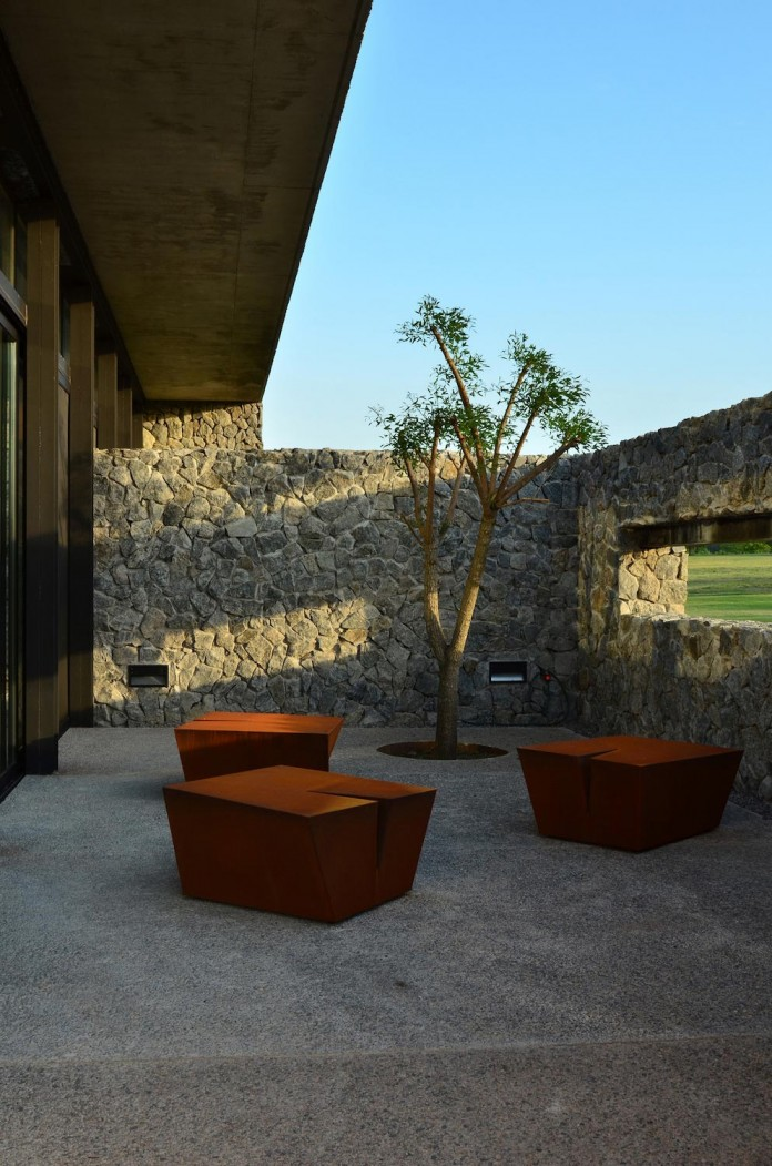 steverlyncki-glesias-molli-arquitectos-design-cl-house-oriented-towards-lake-golf-course-08