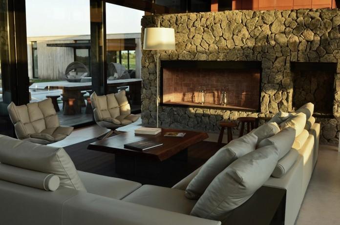 steverlyncki-glesias-molli-arquitectos-design-cl-house-oriented-towards-lake-golf-course-10