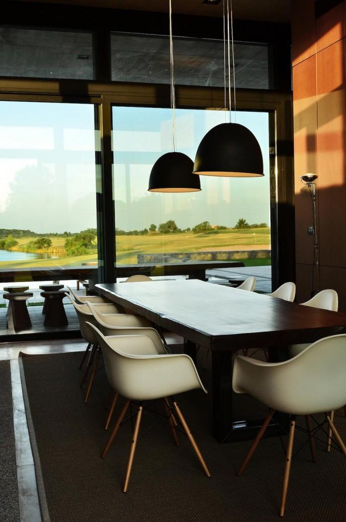 steverlyncki-glesias-molli-arquitectos-design-cl-house-oriented-towards-lake-golf-course-12