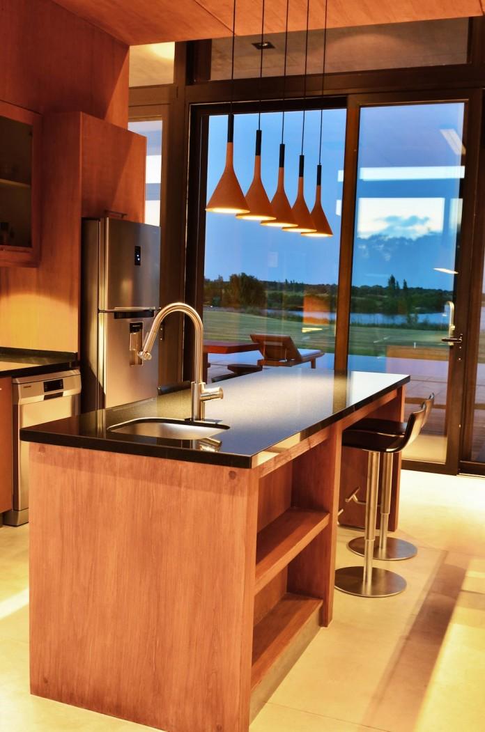 steverlyncki-glesias-molli-arquitectos-design-cl-house-oriented-towards-lake-golf-course-13