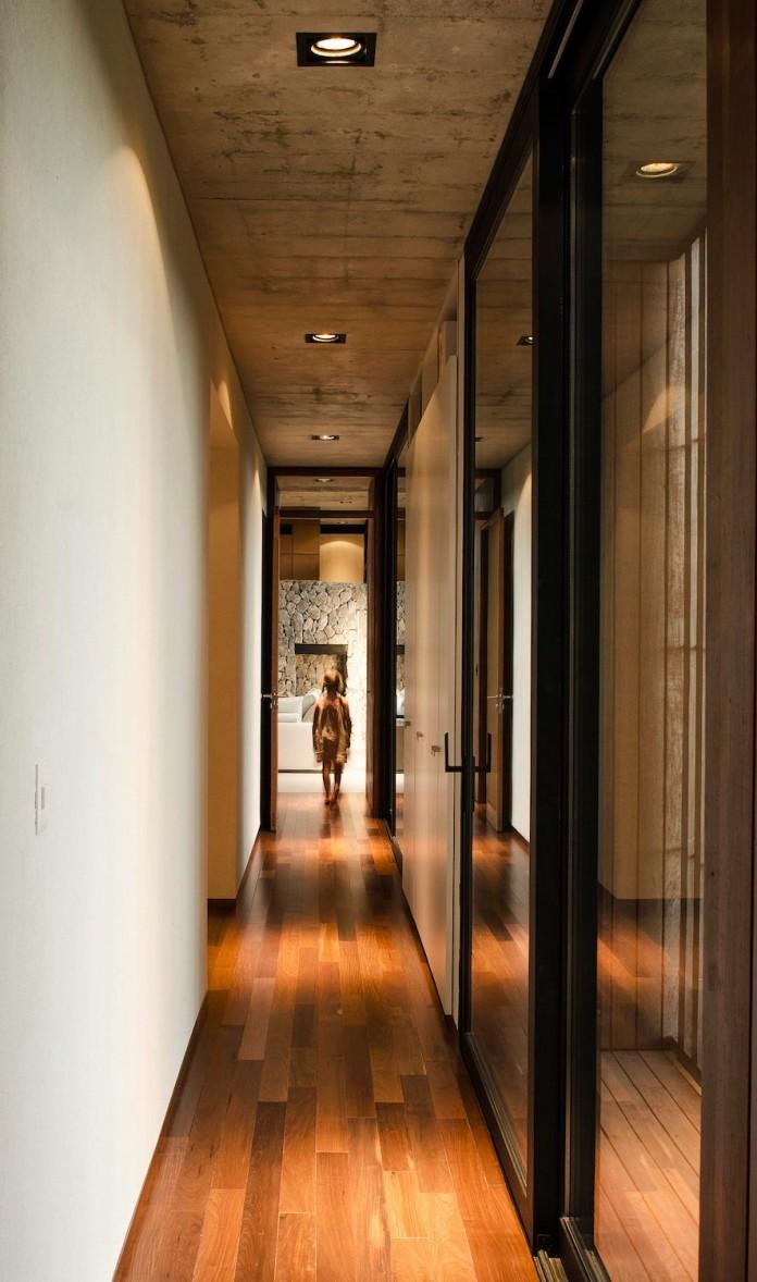 steverlyncki-glesias-molli-arquitectos-design-cl-house-oriented-towards-lake-golf-course-15