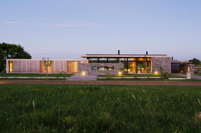 steverlyncki-glesias-molli-arquitectos-design-cl-house-oriented-towards-lake-golf-course-16