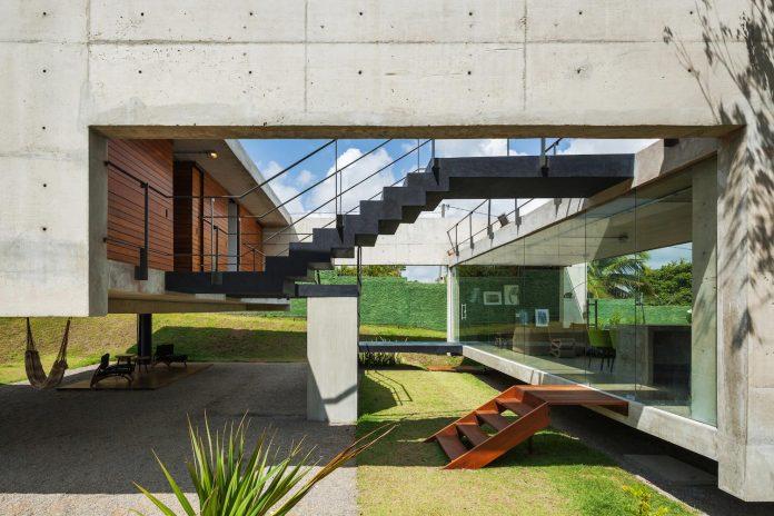 two-beams-four-pillars-house-yuri-vital-09