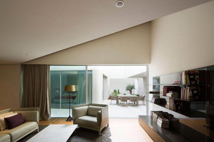 wall-house-agi-architects-11