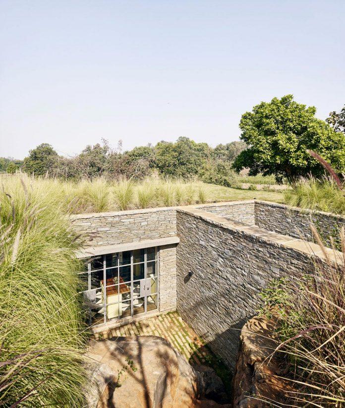 architecture-brio-design-riparian-house-surrounded-nature-near-mumbai-10