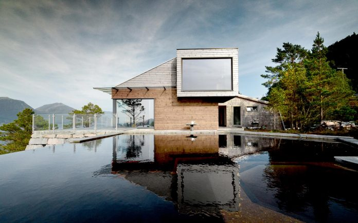 cabin-straumsnes-traditional-yet-modern-shelter-flat-gabled-roof-rever-drage-architects-02
