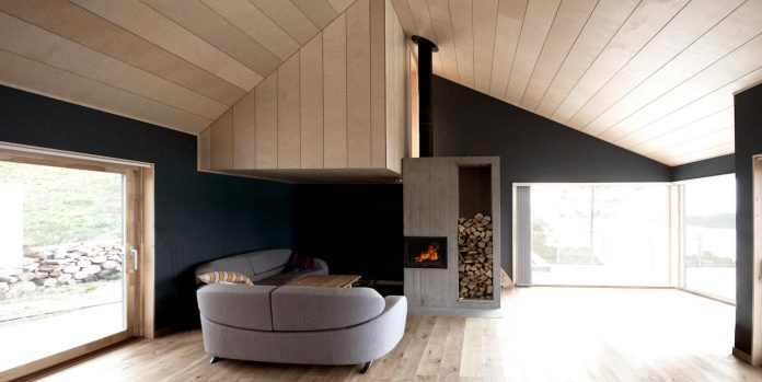 cabin-straumsnes-traditional-yet-modern-shelter-flat-gabled-roof-rever-drage-architects-04