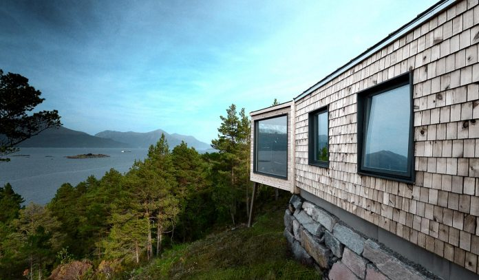 cabin-straumsnes-traditional-yet-modern-shelter-flat-gabled-roof-rever-drage-architects-10