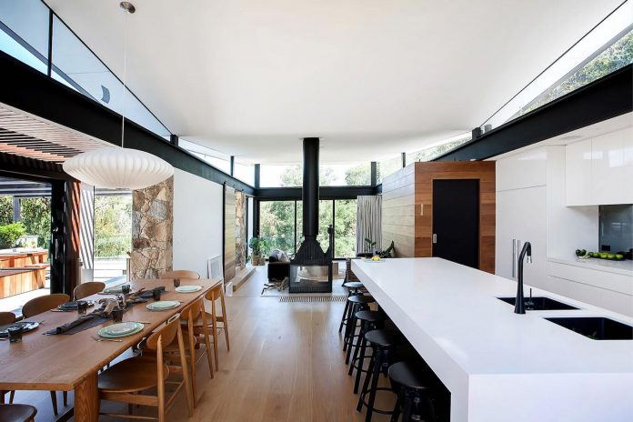 Contemporary bushland warrandyte house perched above the - The wing house maison ailee en australie ...
