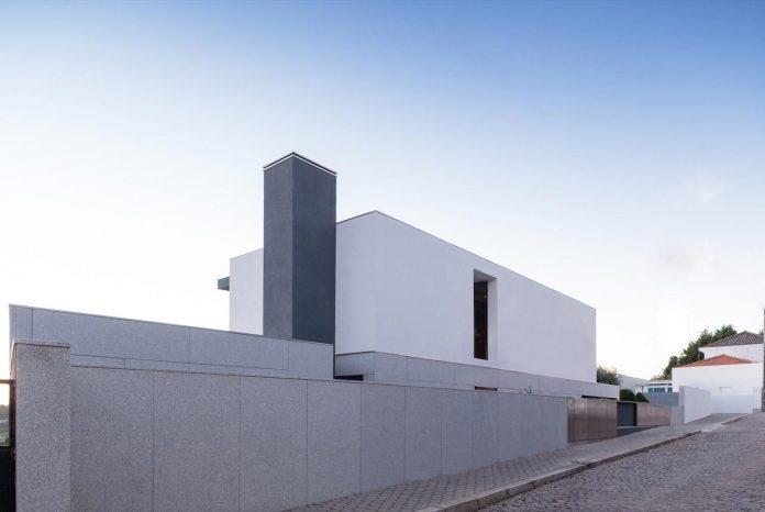 contemporary-two-story-house-s-felix-da-marinha-portugal-designed-nelson-resende-04