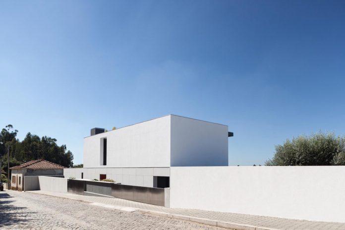 contemporary-two-story-house-s-felix-da-marinha-portugal-designed-nelson-resende-07