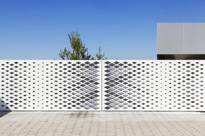 contemporary-two-story-house-s-felix-da-marinha-portugal-designed-nelson-resende-08