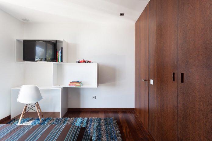 contemporary-two-story-house-s-felix-da-marinha-portugal-designed-nelson-resende-17
