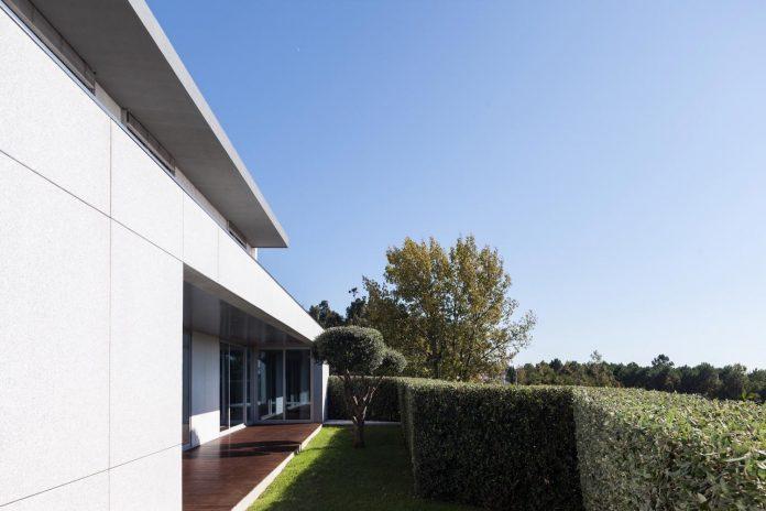 contemporary-two-story-house-s-felix-da-marinha-portugal-designed-nelson-resende-20
