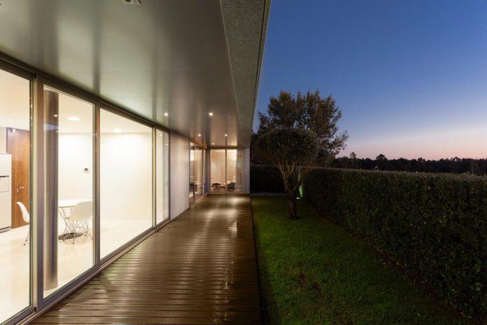 contemporary-two-story-house-s-felix-da-marinha-portugal-designed-nelson-resende-25