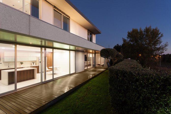 contemporary-two-story-house-s-felix-da-marinha-portugal-designed-nelson-resende-26