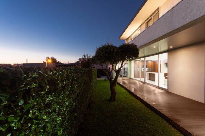 contemporary-two-story-house-s-felix-da-marinha-portugal-designed-nelson-resende-27