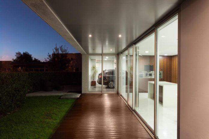 contemporary-two-story-house-s-felix-da-marinha-portugal-designed-nelson-resende-28