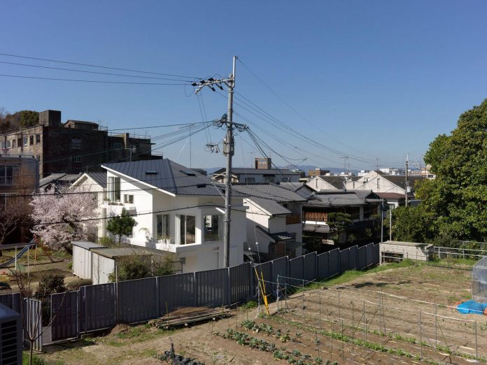 corner-contemporary-house-kitashirakawa-ume-architects-01