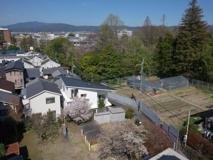 corner-contemporary-house-kitashirakawa-ume-architects-02