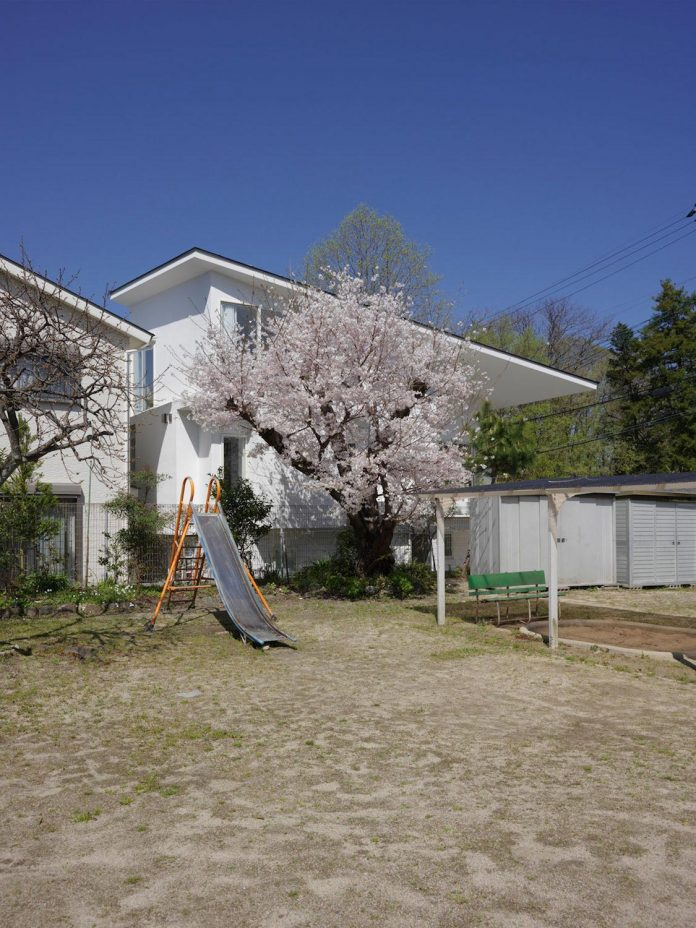corner-contemporary-house-kitashirakawa-ume-architects-03