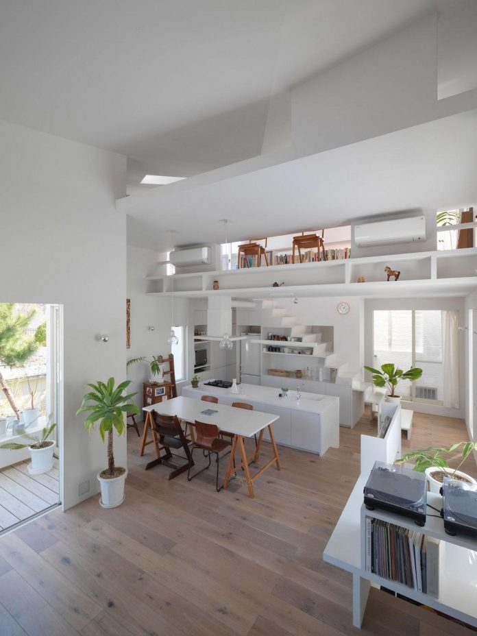 corner-contemporary-house-kitashirakawa-ume-architects-09