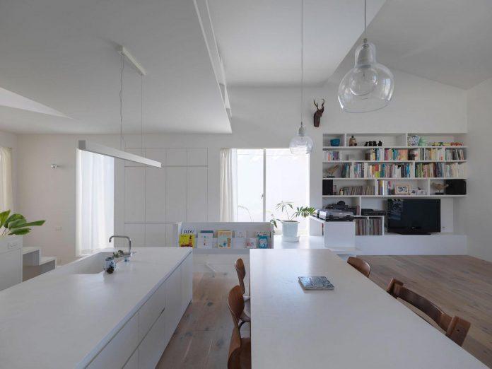 corner-contemporary-house-kitashirakawa-ume-architects-11