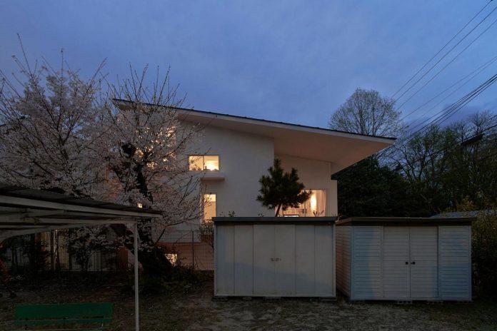 corner-contemporary-house-kitashirakawa-ume-architects-18