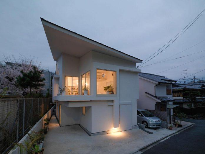corner-contemporary-house-kitashirakawa-ume-architects-19