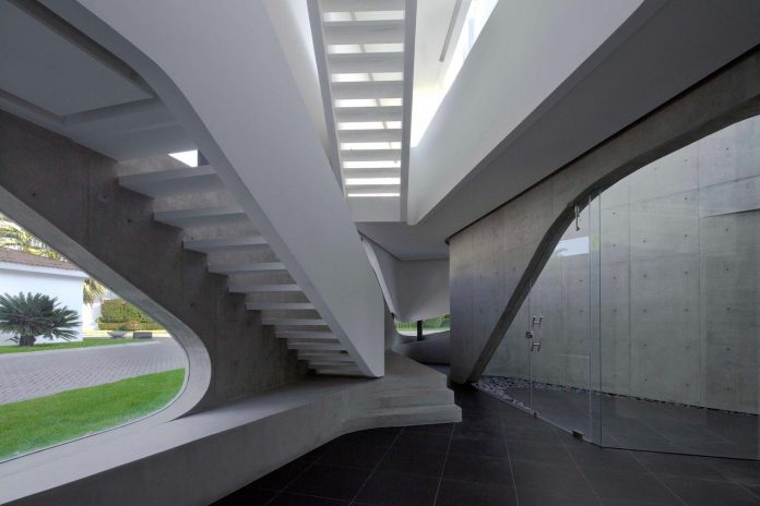 elegant-villa-vortex-featuring-great-curved-concrete-glass-walls-paulo-flores-ggarchitects-04