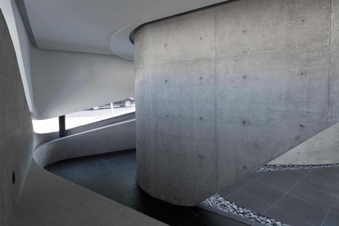 elegant-villa-vortex-featuring-great-curved-concrete-glass-walls-paulo-flores-ggarchitects-05