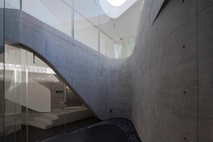 elegant-villa-vortex-featuring-great-curved-concrete-glass-walls-paulo-flores-ggarchitects-06