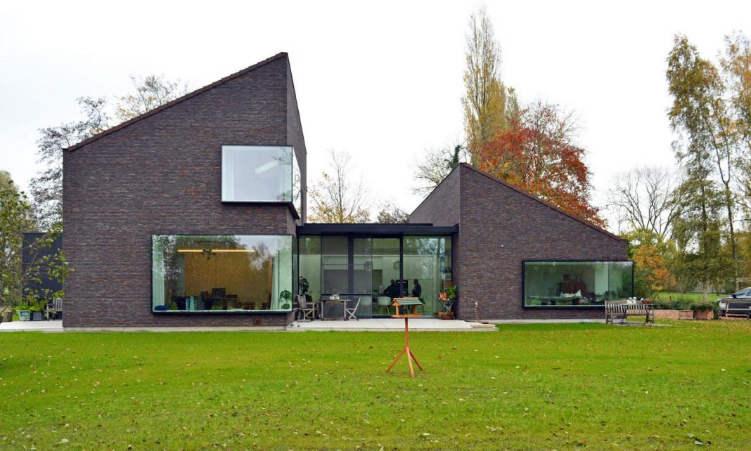 F&C Kiekens Home in Aalter, Belgium by Architektuurburo Dirk Hulpia