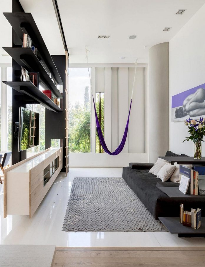 gh-mild-clean-apartment-light-toned-wood-white-stone-black-metalwork-archetonic-01