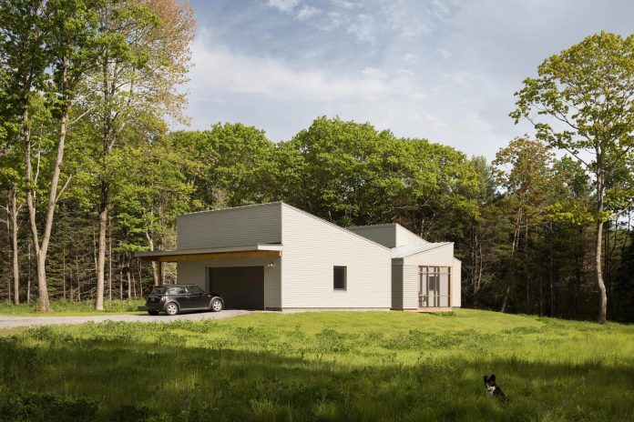 go-logic-design-cousins-river-wooden-residence-near-pine-forest-southern-maine-01