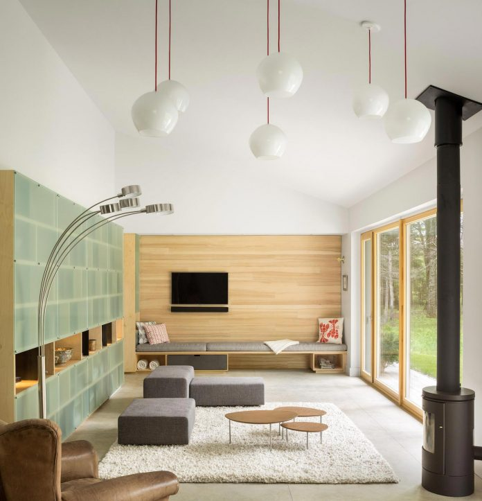 go-logic-design-cousins-river-wooden-residence-near-pine-forest-southern-maine-05