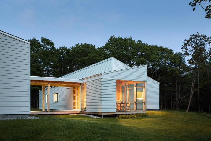go-logic-design-cousins-river-wooden-residence-near-pine-forest-southern-maine-14