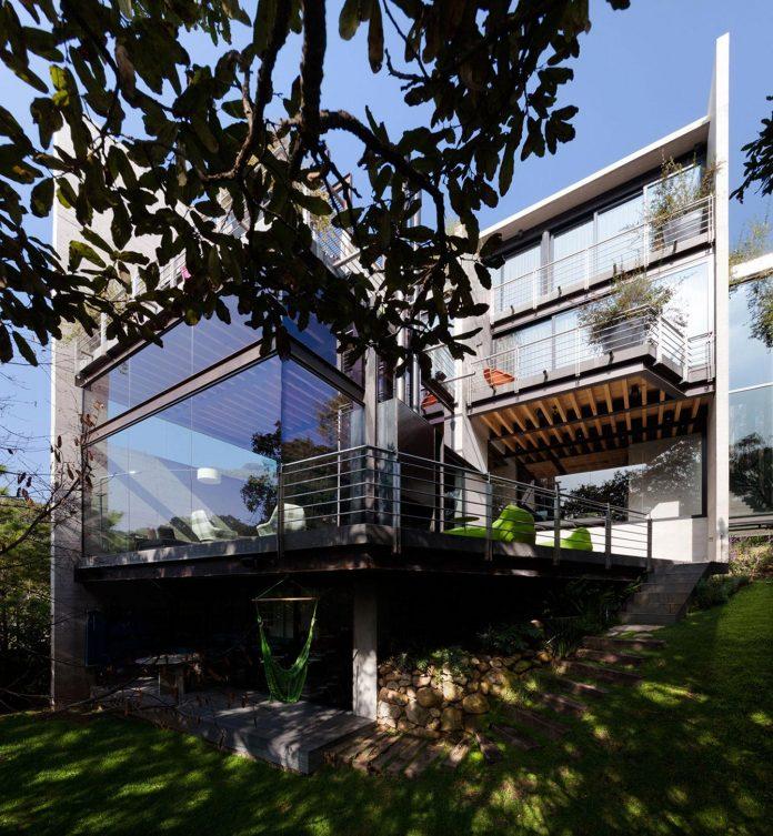 grupoarquitectura-design-tepozcuautla-house-two-volumes-connected-steel-bridges-glass-floors-beyond-forest-01