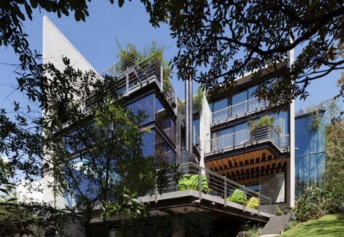 grupoarquitectura-design-tepozcuautla-house-two-volumes-connected-steel-bridges-glass-floors-beyond-forest-02