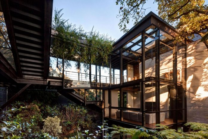 grupoarquitectura-design-tepozcuautla-house-two-volumes-connected-steel-bridges-glass-floors-beyond-forest-04